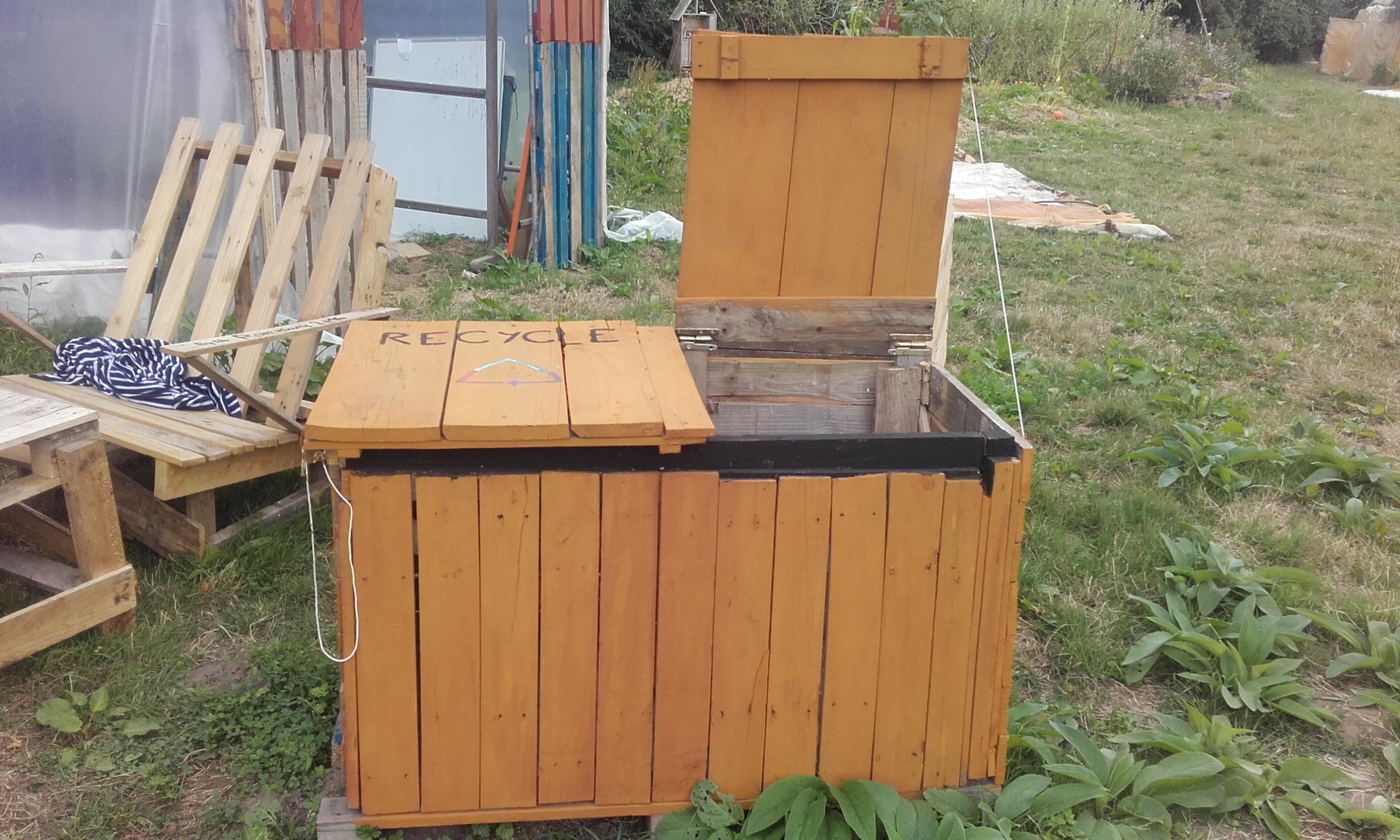 poubelle palette beautiful construire abri de jardin with poubelle palette awesome cache. Black Bedroom Furniture Sets. Home Design Ideas